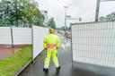 De gemeente Utrecht heeft het Jaarbeursplein met witte hekken en verkeersregelaars afgezet.