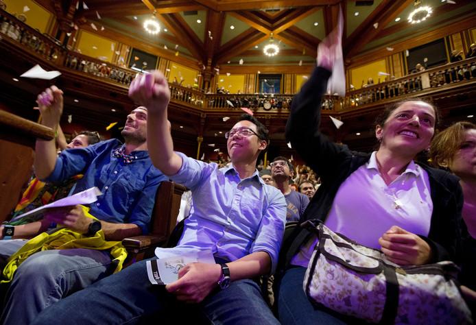 Papieren vliegtuigjes uit het publiek, het is een traditie bij de uitreiking van de Ig Nobel award ceremonies, hier op de Harvard University in Cambridge.