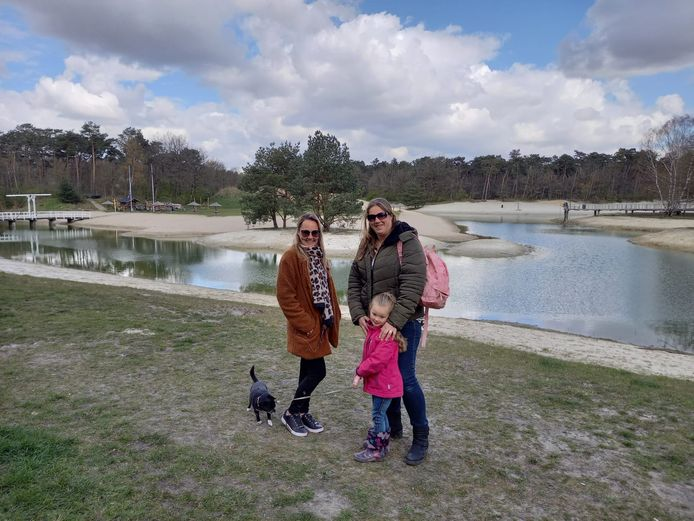 """Liecke van der Aa en Kim Schoep lopen over de Heide. ,,Parkeergeld vragen in de zomer snappen we nog wel, maar in de winter is dat echt niet nodig."""""""