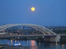 Smullen: volle maan steelt de show boven Van Brienenoordbrug