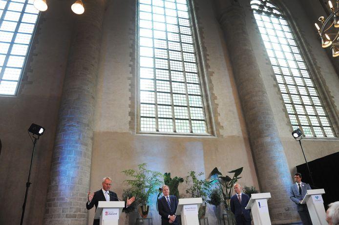 Commissaris van de koning Han Polman, speciaal adviseur Bernard Wientjes, staatssecretaris Raymond Knops en burgemeester Bas van den Tillaar van Vlissingen (vlnr) afgelopen vrijdag tijdens de presentatie van het akkoord over compensatie voor het mislopen van de marinierskazerne.