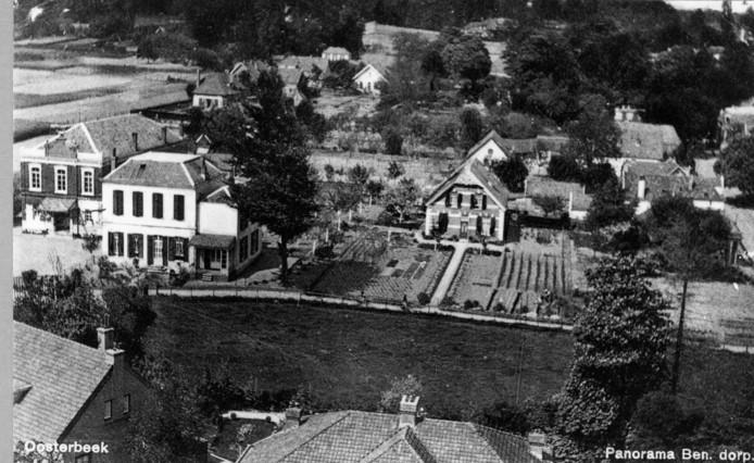 Ansichtkaart van De Rozensteeg voor de Tweede Wereldoorlog, met links de Concertzaal. Het grote witte huis rechts daarvan is tijdens de  oorlog verwoest.