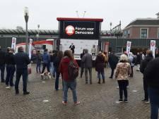 Manifestatie voor Forum voor Democratie in Apeldoorn verloopt rustig, maar Baudet schudt wel handen