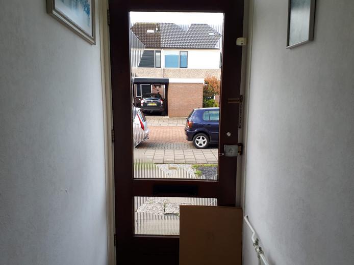 De deur van de woning in Zegveld, waar de politie inviel.