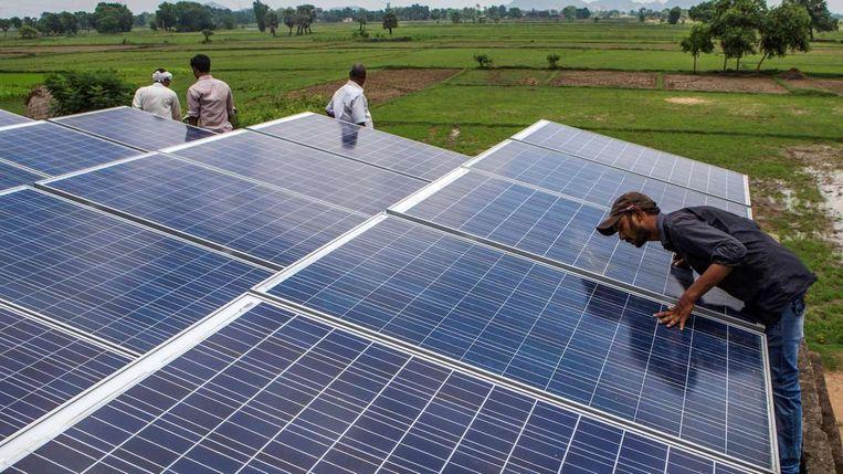 Zonnepanelen in Dharnai, India, gefinacierd door de Ikea Foundation en Rockefeller Foundation. 'We hebben in India gezien dat het werkt.' Beeld Bloomberg