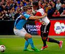 Eljero Elia namens Feyenoord in actie tegen Giovanni Troupée van FC Utrecht. Mogelijk zijn de twee snel teamgenoten.