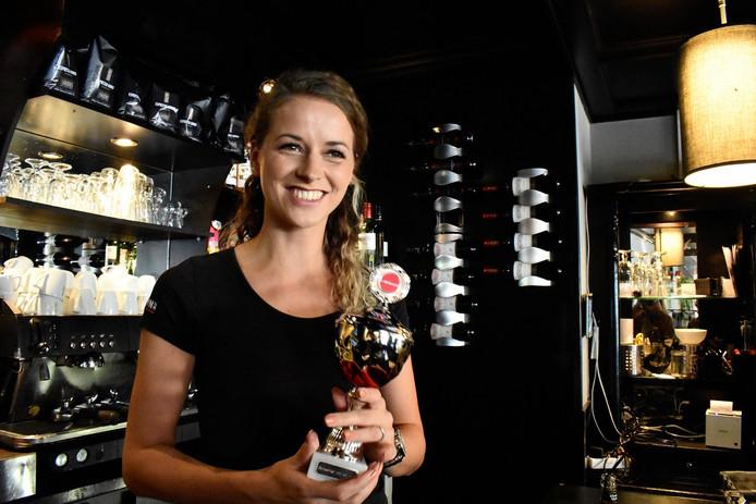 Michelle Megens poseert trots met haar indebuurt-trofee.