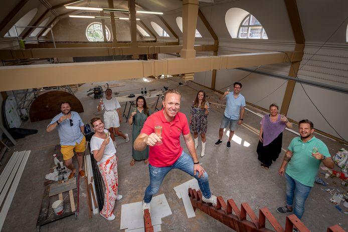 Koen Oosterwaal (midden voor) heft het glas met huurder/creatief ondernemers in het Patronaat, waar de laatste hand wordt gelegd aan de verbouwing met bedrijfsruimten etc.