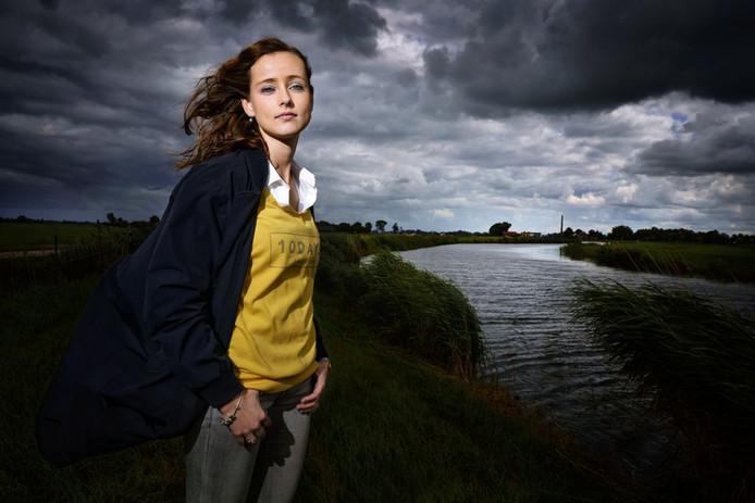 Heleen Dekker uit Genemuiden raakte door gladheid met haar auto te water langs de Kamperzeedijk. Haar redding is omschreven in het boek Als minuten uren duren dat wordt uitgegeven voor het 250-jarigjubieum van de Maatschappij tot Redding van Drenkelingen.