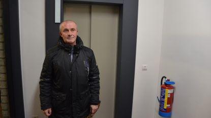 Brandweer bevrijdt Freddy na anderhalf uur uit defecte lift in Oud-Strijderslaan