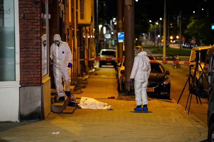 Voor de deur en in de woning is donderdagnacht onderzoek gedaan door forensisch rechercheurs.