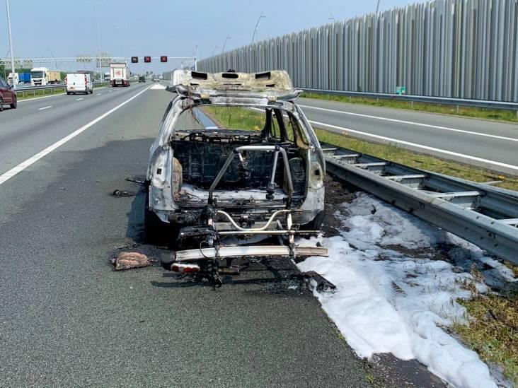 Auto vliegt in brand op A2 bij Eindhoven