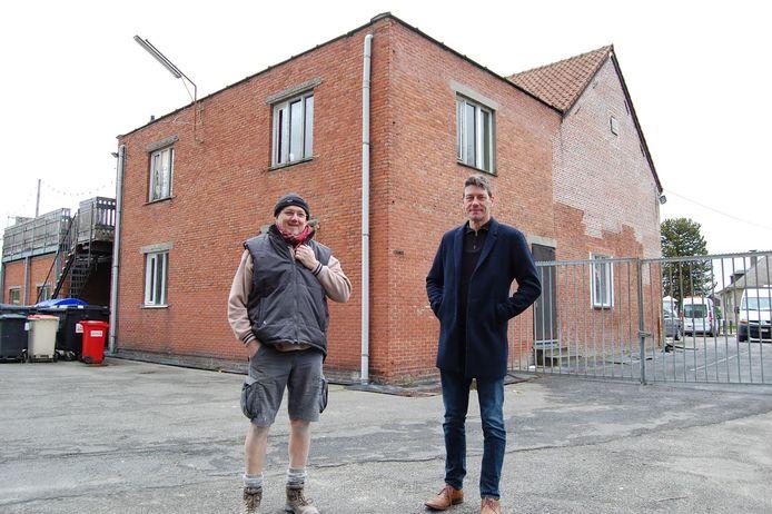 Patrick Verwimp, voorzitter van de vzw Adelheid@Work, en schepen van jeugd Kris Smet bij de oude gebouwen van chiro Adelheid;