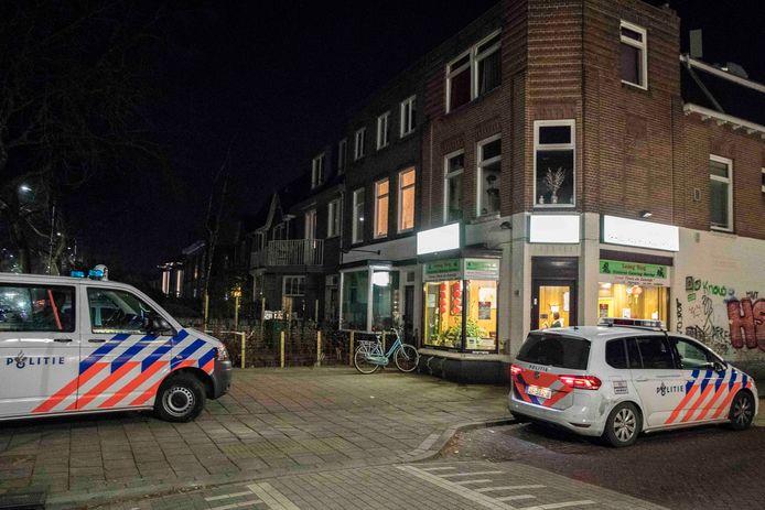 De politie bij de Chinees aan de Groenestraat in Nijmegen kort na de overval.