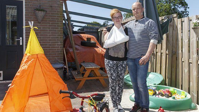 Sanne en Jan in hun tuin in Steenwijk. 'Dit was geen inbraak, dit was een overval.'