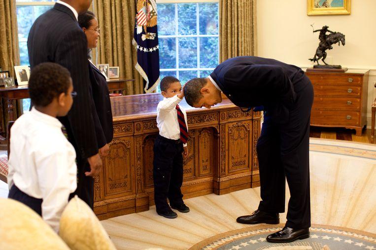 Een van de favoriete foto's van Obama. Een jongetje vraagt hem of hun haar hetzelfde is, waarna Obama buigt om hem te laten voelen. Beeld Pete Souza / The White House