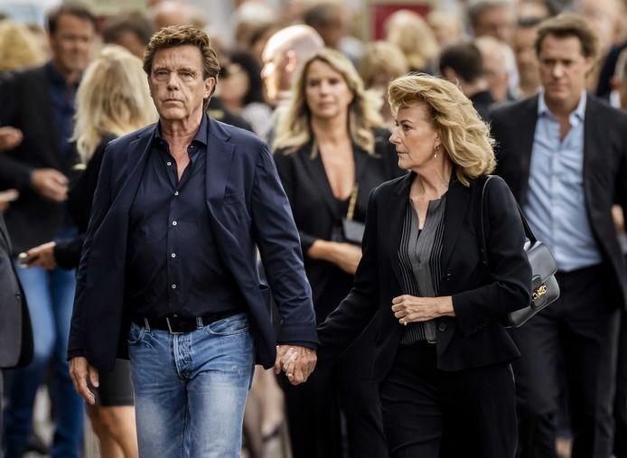 Mediatycoon John de Mol en partner, achter hem staat zijn jongere zus, presentatrice/actrice Linda de Mol.