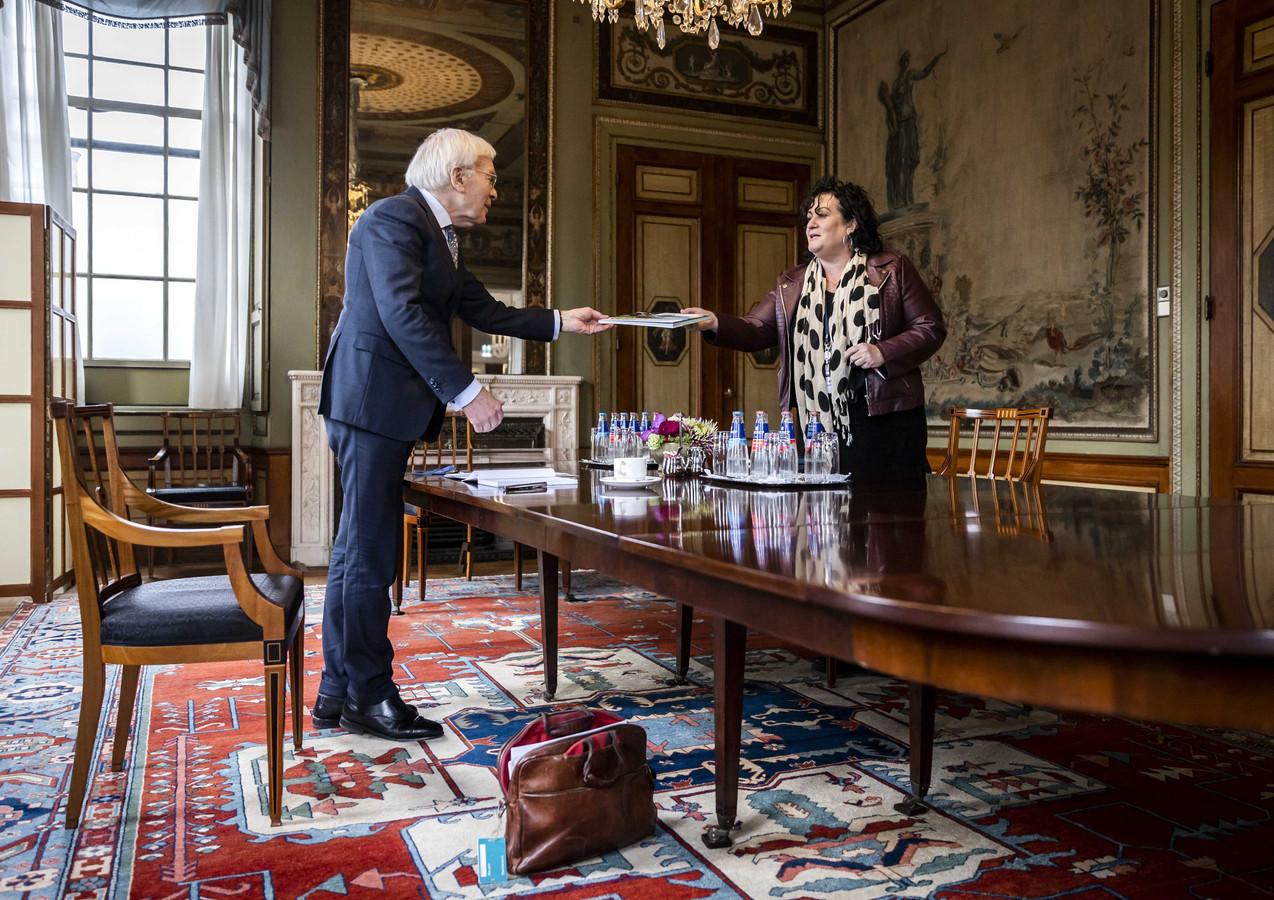 Caroline van der Plas (BBB) wordt in de Tweede Kamer ontvangen door informateur Herman Tjeenk Willink (PvdA).