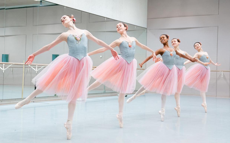 Repetitie van Valse-Fantaisie van choreograaf George Balanchine door leden van de Junior Company van Het Nationale Ballet; midden: danseres Sebia Plantefève-Castryck met een witte maillot. Beeld Altin Kaftira