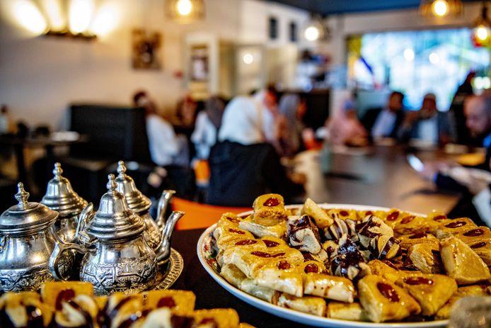 Het einde van de ramadan vierden de moslims gewoonlijk door bij vrienden en familie te genieten van een feestelijke maaltijd.