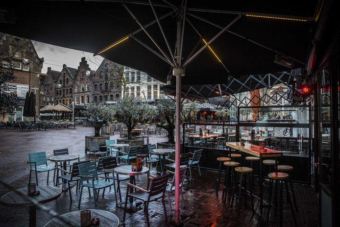 Lege terrassen op de Arnhemse Korenmarkt om corona.