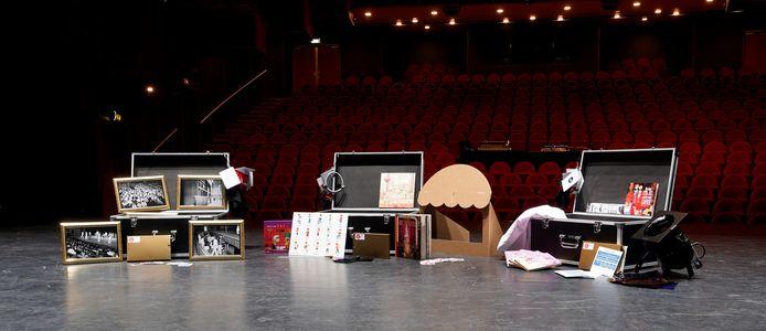 Drie van de vijf theaterkisten op het podium van De Lievekamp.