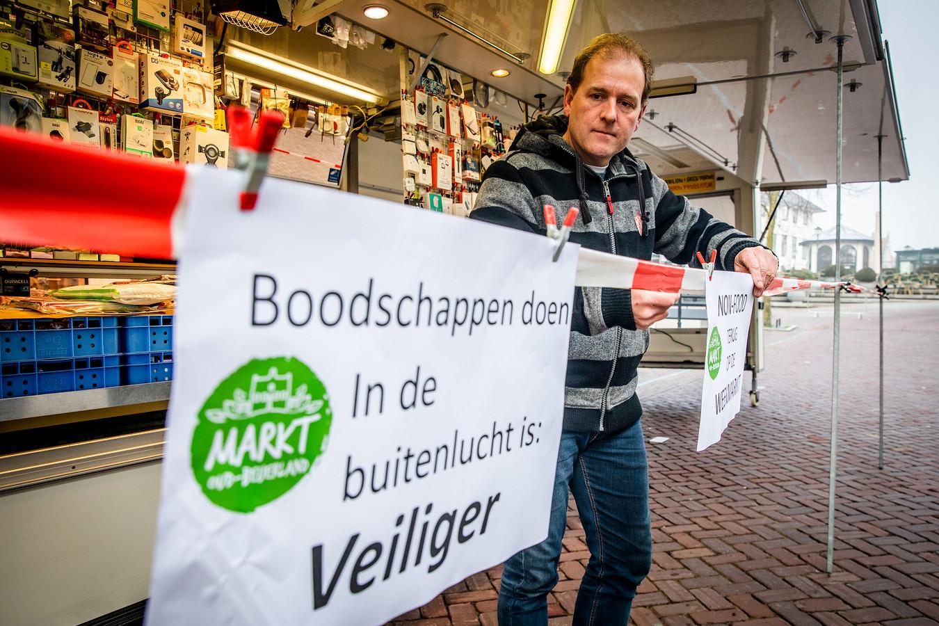Marktkooplieden demonstreren in Oud-Beijerland, omdat zij niet met hun non-food artikelen op de markt mogen komen, vanwege de huidige lockdown.