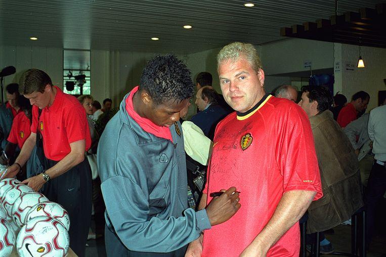 Sergio Quisquater op bezoek bij de Rode Duivels in 2000. Hij bracht toen het supporterslied 'Allez, allez, allez'.  Beeld coenegracht