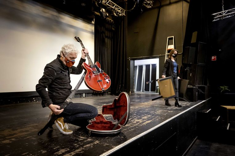 Spinvis in poppodium De Helling,  voor zijn eerste concert na de lockdown. Beeld ANP