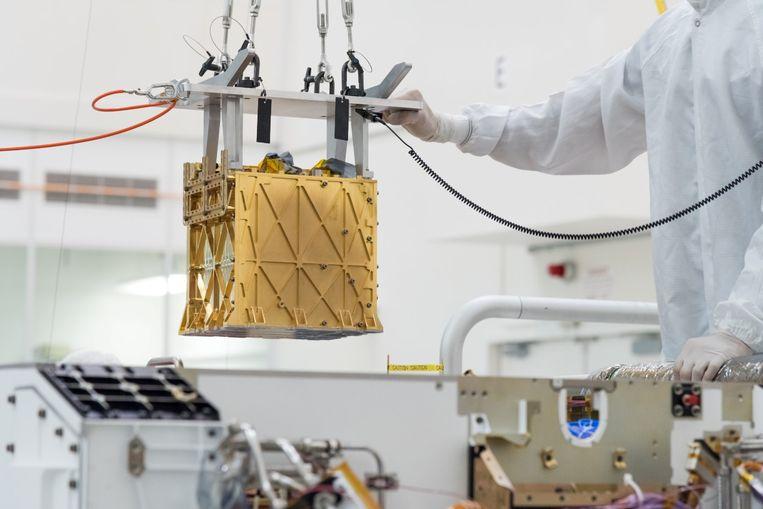 Het Moxie-instrument wordt (op aarde) in het Marskarretje geladen.  Beeld via REUTERS