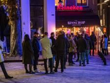 Indrukwekkend lange rijen voor laatste groet aan jong gestorven barman Stacey van De Bisschop in Deventer