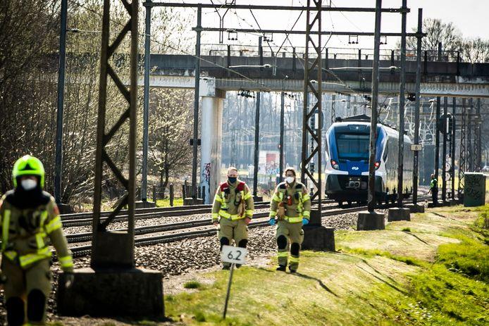 De trein staat stil net na de Lentsesteeg nadat hij maandagmiddag het voorwiel van een fietser heeft geraakt.
