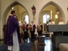 Jacobusbeeldje als dank voor zestig jaar zingen in Dungens vrouwenkoor