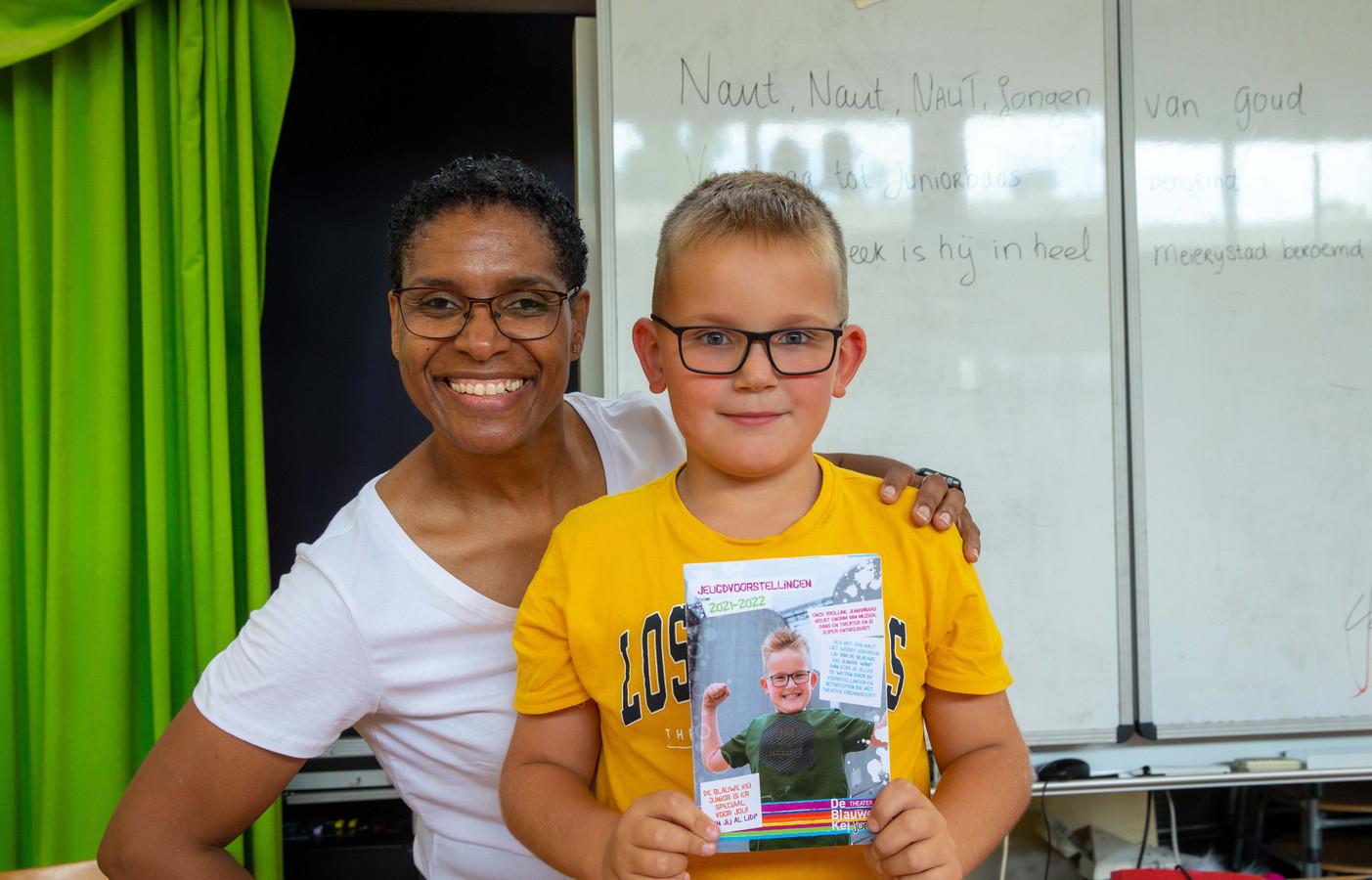 'Juniorbaas' Naut Heijnen uit Schijndel ontving uit handen van artieste Jeritza Toney het eerste exemplaar van de juniorfolder van theater De Blauwe Kei.