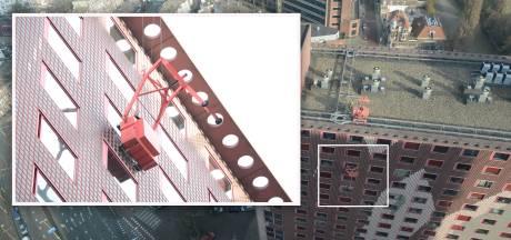 Glazenwasser bungelt in losgeschoten bak op 55 meter hoogte bij Haagse flat