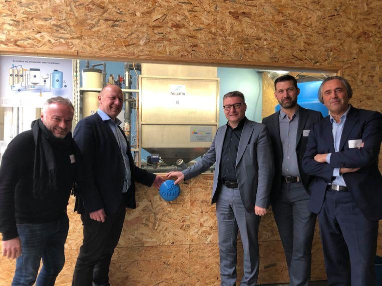 Didier Cortois, uitbater van De Kruitfabriek, burgemeester Hans Bonte, minister Koen Van den Heuvel, Klaas Lombaert van Matexi en Jan Goossens, CEO van Aquafin gaven het startschot voor het circulair proefproject.