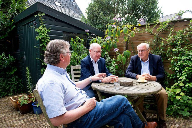 Haarlem, 13-7-2018. in de tuin van Lodewijk de Waal komen Lodewijk de Waal (FNV) (L), Niek Jan van Kesteren (VNO NCW) (M) en Fred van Haasteren (ABU) (R) bijeen voor een reconstructie van het flexakkoord van 1996. Foto Olaf Kraak Beeld Olaf Kraak