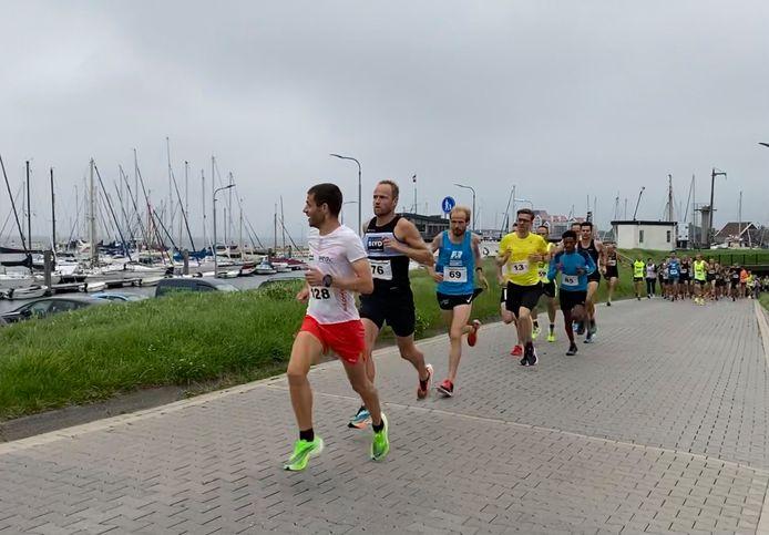 Enkele lopers in actie, kort na de start van de 10 kilometer bij de Sportvisserloop in Yerseke.