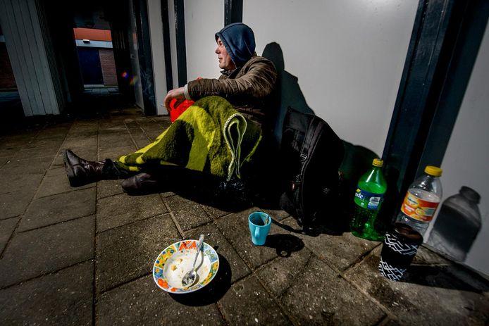 De gemeenten bieden huizen aan om te voorkomen dat de daklozen op straat gaan wonen en het veel langer duurt voor ze hun leven weer op de rit hebben.