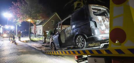 Bestelbus uitgebrand in Gemonde: omwonende ziet persoon wegrennen