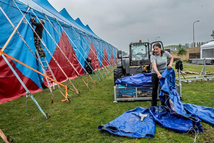 De grote tent van Labadoux werd dinsdagochtend geplaatst.