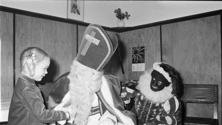 Beeld van de Sinterklaasviering in 1968. Beeld anp
