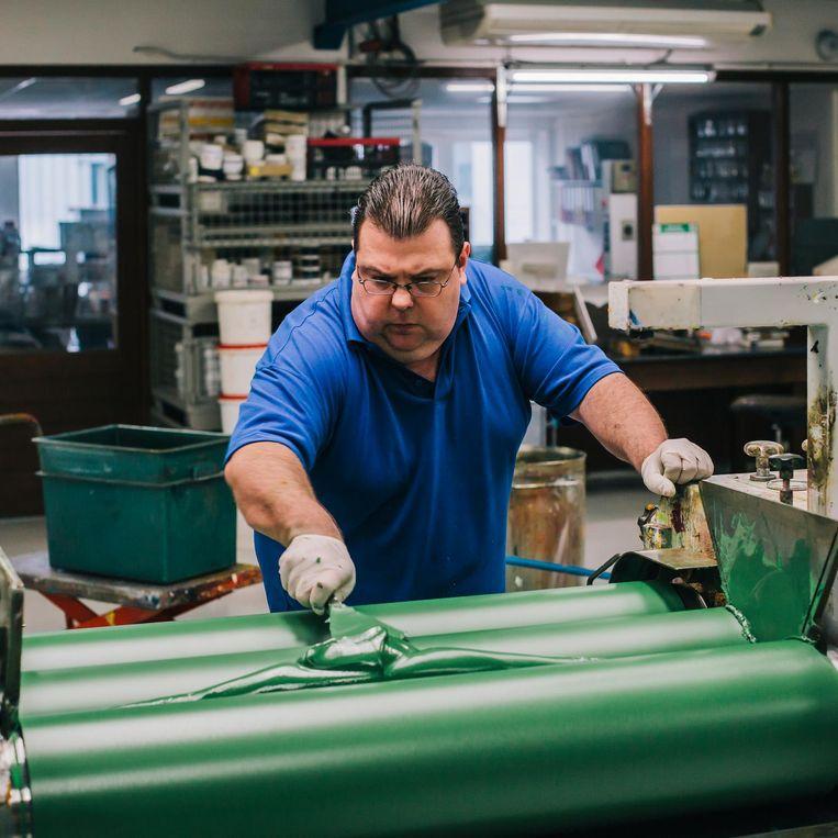 Medewerker van Old Holland in de fabriek op het bedrijventerrein in het Utrechtse Driebergen. Beeld Marcel Wogram