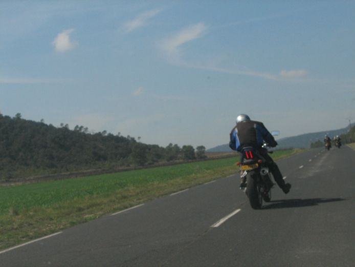 Geen trap na, maar een bedankje, dit internationale voetgebaar van motorrijders