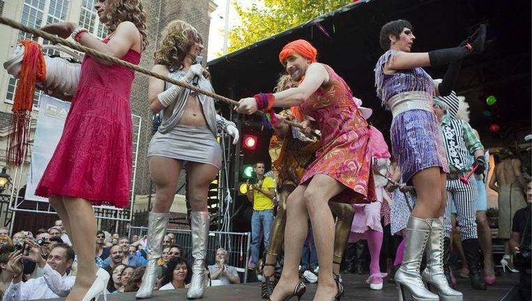 Honderden homo's, lesbiennes en travestieten, en zeker zo veel nieuwsgierige hetero's, zijn afgekomen op een nieuw hoogtepunt van de Gay Pride: de olympische spelen voor travestieten. Foto Amaury Miller Beeld