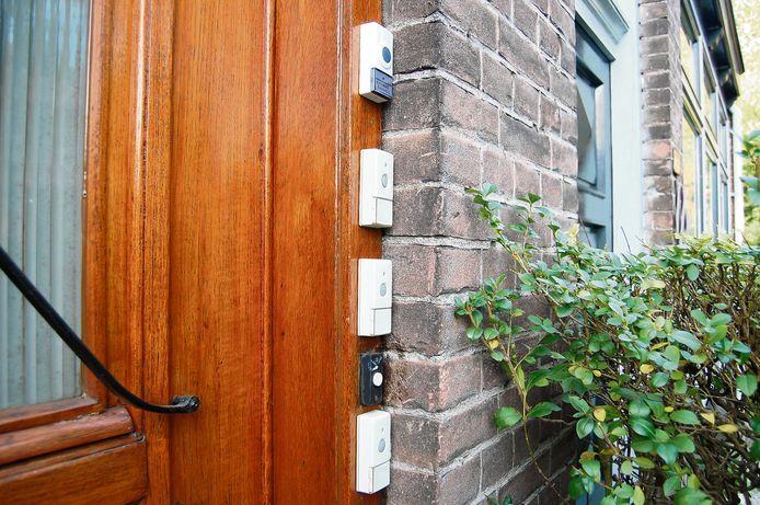 Foto ter illustratie. Voordeur met meerdere bellen.