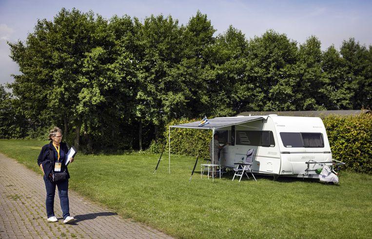 Inspecteurs van de ANWB controleert de faciliteiten op een kleinschalig vakantiepark. De populariteit van kamperen is volgens onderzoek van de toeristenbond door de coronapandemie flink toegenomen, vooral onder gezinnen met jonge kinderen. Beeld ANP