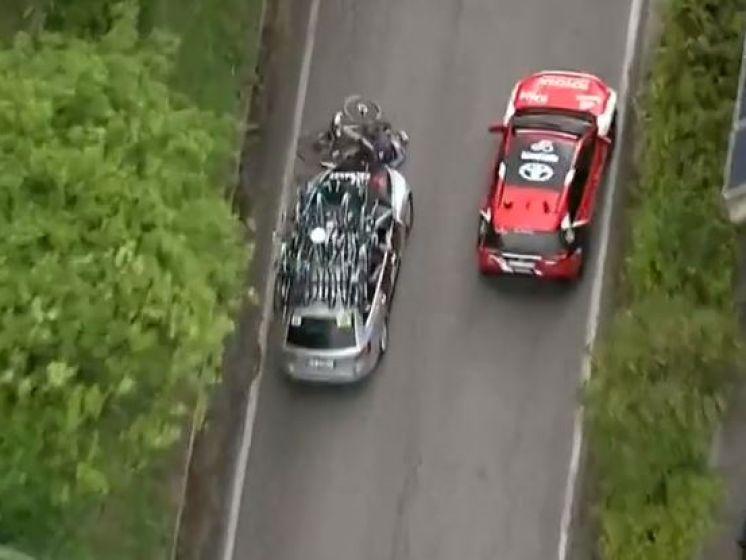 """""""Wat een eikel, die ploegleider!"""": Serry omver gereden door volgwagen BikeExchange"""