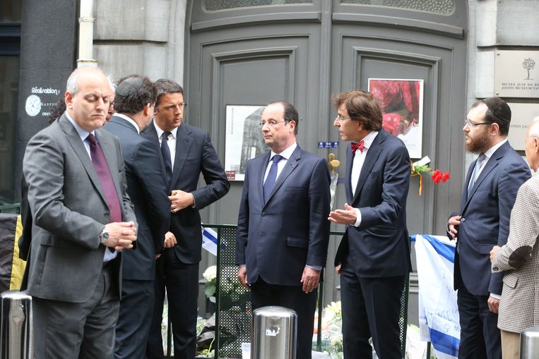 20140527 - BRUSSELS, BELGIUM: Italian Prime Minister Matteo Renzi (3rd L), French President Francois Hollande (C) and Belgian Prime Minister Elio Di Rupo (2nd R) came to pay a tribute to the victims in front of the Jewish museum in Brussels, Tuesday 27 May 2014. Last Saturday three people were killed, two Israeli tourists and woman working in the museum, a fourth victim is seriously injured. Police is still looking for the shooter.  BELGA PHOTO NICOLAS MAETERLINCK Beeld null