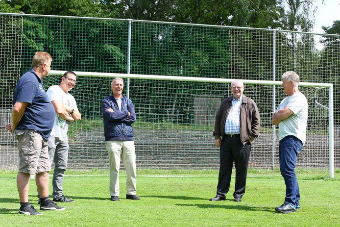 Willy van der Kuijlen (midden) en PSV-scout Klaas van Baalen (tweede van rechts) in gesprek met oud-keeper Bert van Geffen en vrijwilligers die stadion de Wageningse Berg in ere houden.